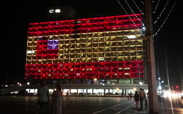 La mairie de Tel Aviv a arboré les couleurs de l'Espagne dans la soirée du 17 août 2017 (Crédit : Stéphanie Bitan/Times of Israël)