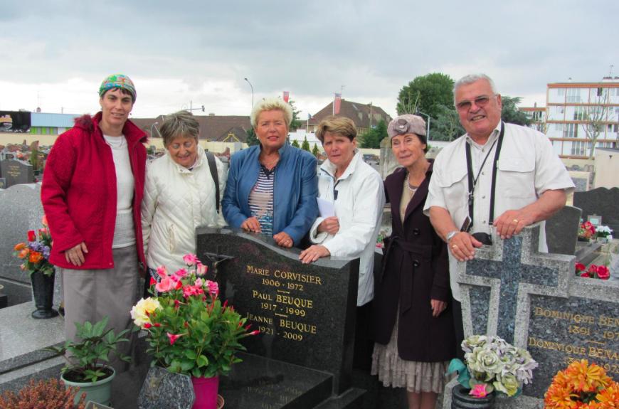 Lise et Gisèle Behar visitent la tombe de Jeanne Beuque (Crédit : Yad Vashem)