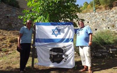 Frédéric-Joseph Bianchi (le président de Terra-Eretz) et Hervé Cheuzeville, devant l'arbre d'Anne Frank planté en Corse le 10 août 2017.