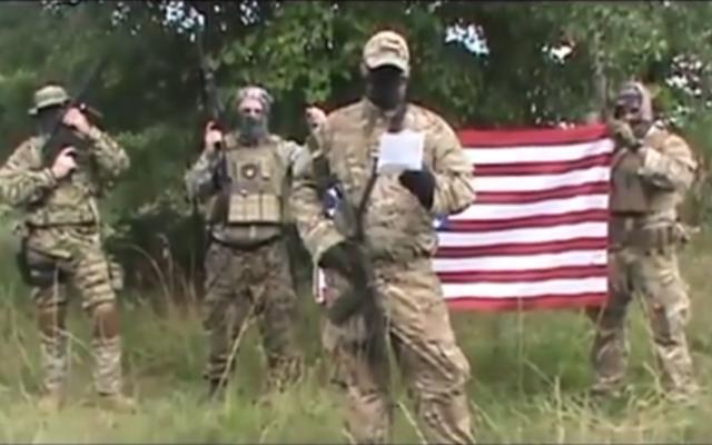"""La milice """"Georgia Security Force"""" déclarant la guerre à l'EI, le 21 juillet 2015 (Crédit : Capture d'écran YouTube)"""