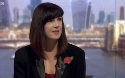 Catherine Mayer, ancienne journaliste du Time Magazine, sur le plateau de la BBC, en octobre 2015. (Crédit : capture d'écran YouTube/Mike Buchanan)