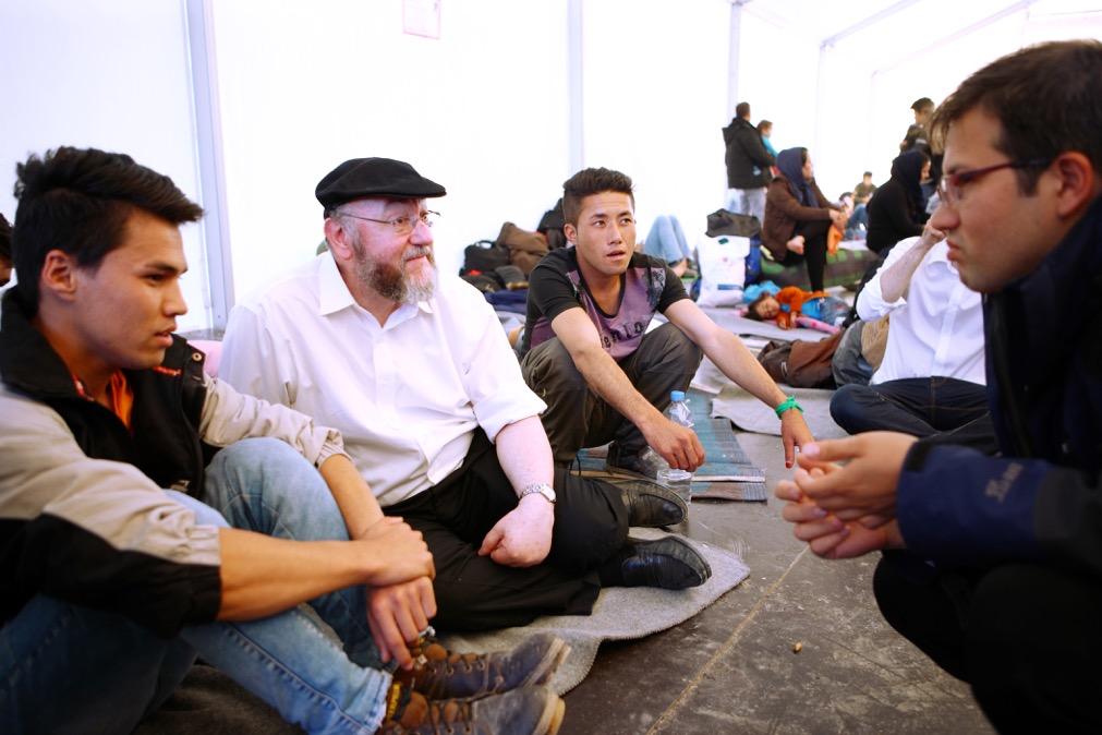 Le rabbin britannique Ephraim Mirvis dans un camp de réfugiés en Grèce sous les auspices de World Jewish Relief (Crédit : Minos Alchanati / World Jewish Relief )