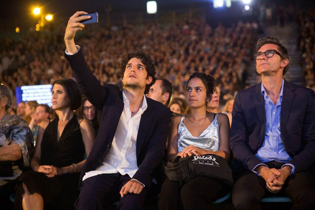 """Louis Garrel, à gauche, rôle principal du film, """"Le redoutable"""", réalisé par Michel Hazanavicius, à droite, au Festival 2017 du film de Jérusalem. (Crédit : Gitai Silver)"""