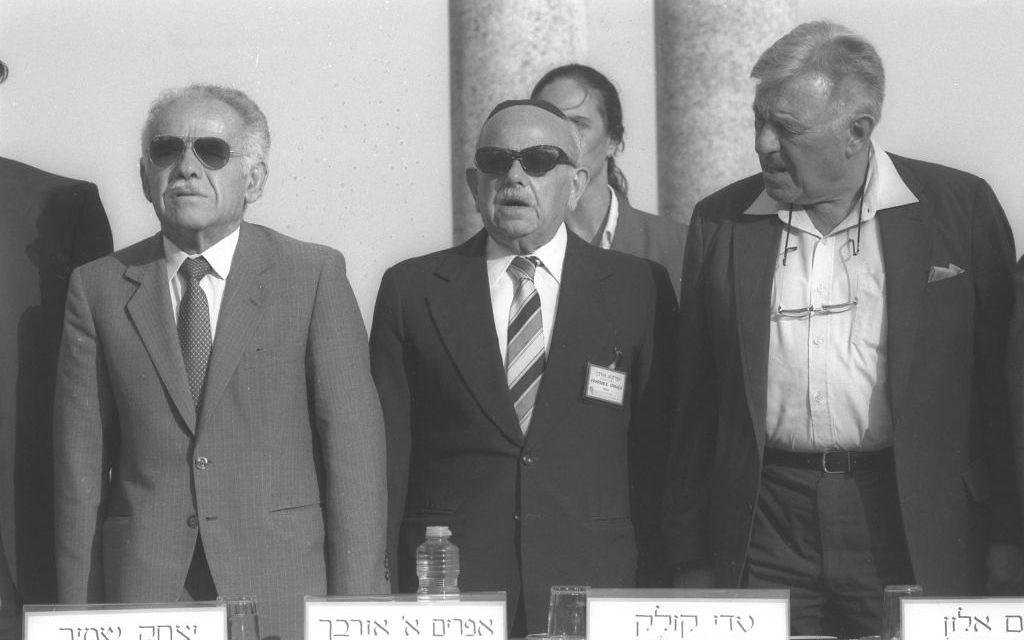 Le Premier ministre Yitzhak Shamir, à gauche, et le maire de Jérusalem Teddy Kollek, à droite, autour du professeur Ephraim Urback pendant le 10e Congrès mondial d'études juives de l'université hébraïque de Jérusalem, en 1989. (Crédit : Tzvika Israeli/PMO)