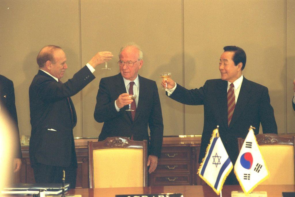 De gauche à droite : Asher Naim, ambassadeur d'Israël en Corée du Sud, le Premier ministre Yitzhak Rabin et le président sud-coréen Kim Yung Sam à Séoul, en décembre 1994. (Crédit : Yaacov Saar/GPO)