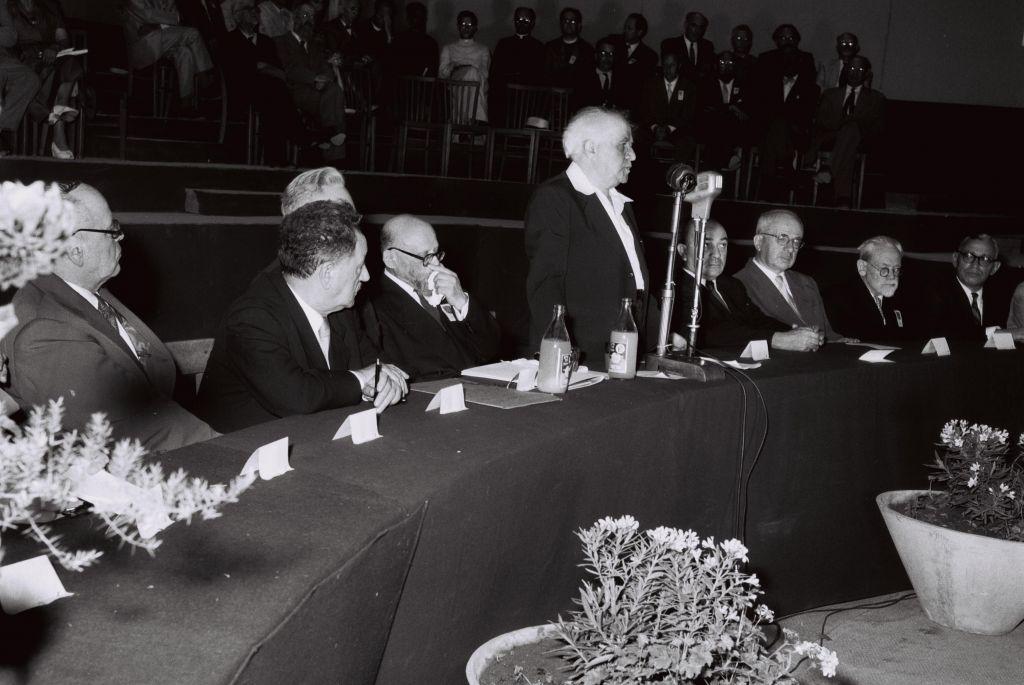 Le Premier ministre David Ben Gurion pendant la session d'inauguration du deuxième Congrès mondial d'études juives de l'université hébraïque de Jérusalem, en 1957. (Crédit : GPO)