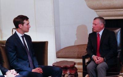 Le roi Abdallah II de Jordanie, à droite, avec Jared Kushner, à Amman, le 22 août 2017. (Crédit : Twitter/Royal Hashemite Court)