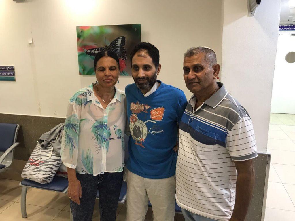 Niv Nehamiah, au centre, avec ses parents après avoir quitté le centre médical Kaplan de Rehovot, presque un mois après avoir été grièvement blessé au couteau à de multiples reprises lors d'un attentat terroriste à Yavné, le 27 août 2017 (Crédit : Centre médical Kaplan)