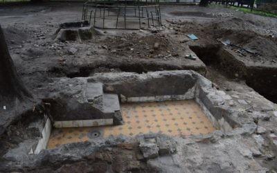 Les bains rituels de la Grande Synagogue de Vilnius, mise à jour par une équipe d'archéologues israéliens, américains et lituaniens, photo prise pendant l'été 2017 (Crédit : John Seligman / IAA)