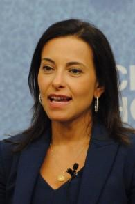 Dina Powell au forum consacré à l'émancipation économique des femmes au Moyen Orient et en Afrique du Nord, en juillet 2015. (Crédit : CC BY/Wikimedia Commons)