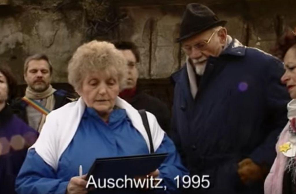 Eva Mozes Kor, jumelle de Mengele, lisant sa lettre de pardon au docteur nazi Hans Munch, à Auschwitz; le 27 janvier 1995. (Crédit : capture d'écran Youtube)