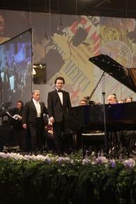 Evgeny Kissin avec le chef d'orchestre philharmonique israélien Zubin Mehta au 75e anniversaire de la philharmonie à Tel Aviv, en 2011(Crédit : CC SA / Levg)