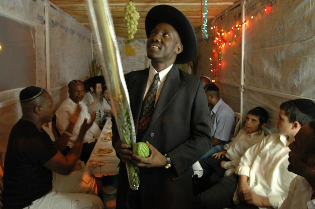 Le rabbin de la communauté nigériane Igbo récite une bénédiction dans une soukka de Tel Aviv. La tribu des Igbos se considère comme descendante d'Ephraim (l'une des dix tribus d'Israël) (Crédit : Yossi Zamir/Flash90)