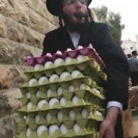 Un ultra-orthodoxe porte des oeufs à Jérusalem, le 5 avril 2009 (Crédit : Matanya Tausig/Flash90)