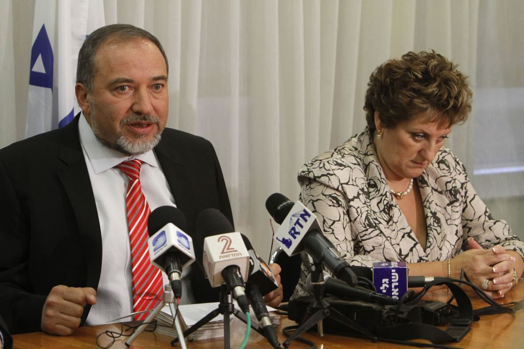 Yisrael Beytenu Avigdor Lieberman lors d'une conférence de presse avec Faina Kirschenbaum, le 20 juillet 2011 (Crédit : Miriam Alster / Flash90)
