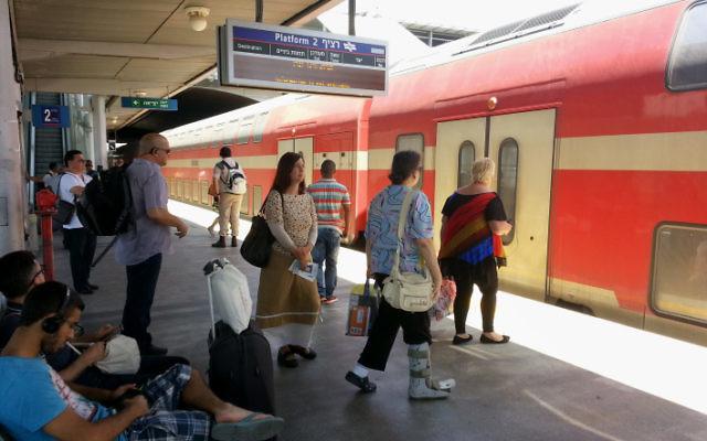 Une gare israélienne, en juin 2013. Illustration. (Crédit : Shay Levy/Flash90)