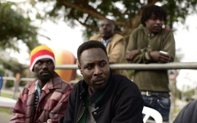 Des réfugiés africains arrivés par bus depuis le sud de Tel Aviv au centre de détention de Holot, le 26 janvier 2014 (Crédit :Tomer Neuberg/Flash 90)