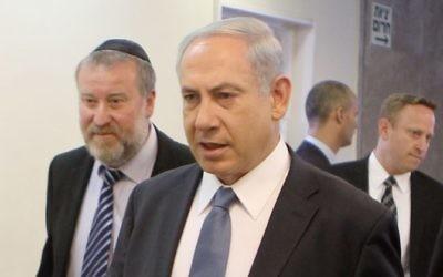 Le Premier ministre Benjamin Netanyahu, au centre, entouré d'Avichai Mandelblit, à gauche, alors secrétaire du cabinet, et d'Ari Harow, qui était son directeur de cabinet, en mars 2014. (Crédit : Danny Meron/Pool/Flash90)