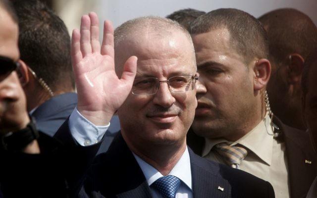Rami Hamdallah, Premier ministre de l'Autorité palestinienne, en visite à Beit Hanoun, dans le nord de la bande de Gaza, le 9 octobre 2014. (Crédit : Abed Rahim Khatib/Flash90)