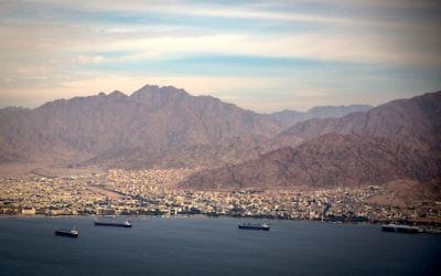 La ville du sud d'Israël d'Eilat et la ville jordanienne d'Aqaba le 18 décembre 2014 (Crédit : Hadas Parush/Flash90)