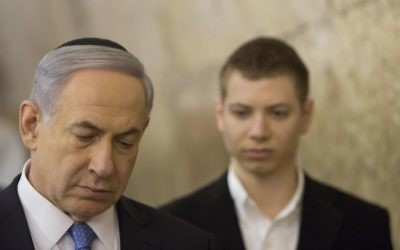 Benjamin et Yair Netanyahu, au mur Occidental, le 18 mars 2015. (Crédit : Yonatan Sindel/Flash90)