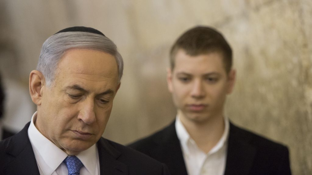 Benjamin et Yair Netanyahu, le 18 mars 2015 au mur Occidental (Crédit : Yonatan Sindel/Flash90)
