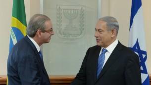 Le Premier ministre Benjamin Netanyahu avec un élu du Congrès brésilien Eduardo Cunha, à Jérusalem, le 3 juin 2015. (Crédit : Amos Ben Gershom/GPO)