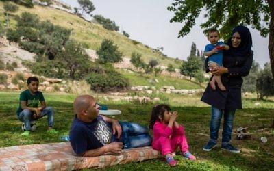 Illustration : une famille en pic-nic dans le quartierd'Abu Tor, à Jérusalem Est, le 8 avril 2016. (Crédit : Corinna Kern/Flash90)