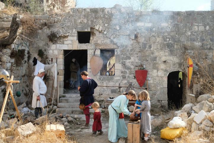 Les gens participent à une reconstitution médiévale à Lifta le 19 novembre 2016 (Crédit : Yaniv Nadav / Flash90)