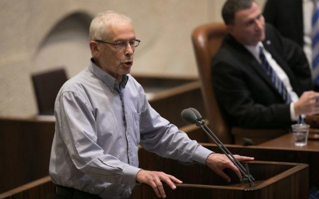 Le député Benny Begin (Likud)  lors d'un vote sur le projet de loi sur les implantations, une loi controversée qui cherche à légitimer les avant-postes illégaux de Cisjordanie, dans la Knesset le 7 décembre 2016 (Crédit : Yonatan Sindel / Flash90)