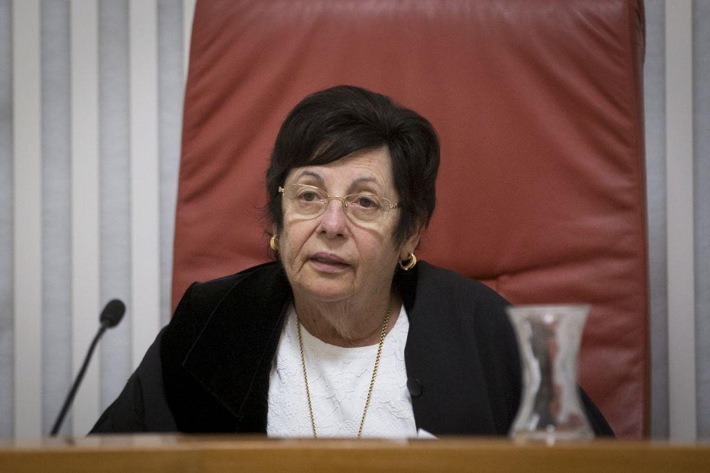 La présidente de la Cour suprême Miriam Naor arrive au tribunal de Jérusalem le 26 décembre 2016 (Crédit : Yonatan Sindel/Flash90)