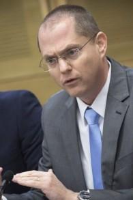 Le député Oded Forer (Yisrael Beytenu) assiste à une réunion de la commission à la Knesset à Jérusalem, le 28 décembre 2016 (Crédit : Miriam Alster / FLASH90)