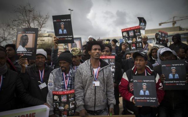Les migrants africains se réunissent durant une manifestation aux abords de la Cour suprême de Jérusalem le 26 janvier 2017 (Crédit : Yonatan Sindel/Flash90)