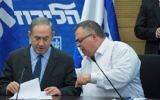 Le Premier ministre Benjamin Netanyahu, à gauche, et le président de la coalition David Bitan lors d'une réunion du groupe parlementaire du Likud à la Knesset, le 30 janvier 2017. (Crédit : Miriam Alster/Flash90)
