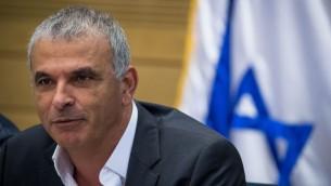 Le ministre des Finances, Moshe Kahlon, lors d'une réunion de la commission du Travail, de l'assistance publique et de la Santé à la Knesset à Jérusalem, le 19 juin 2017 (Crédit : Yonatan Sindel / Flash90)