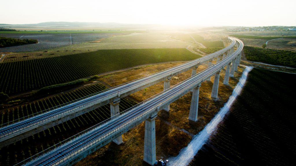 Une vue aérienne du pont du train à grande vitesse entre Jérusalem et Tel Aviv, le 3 juillet 2017 (Crédit : Gidi Avinary/Flash90)