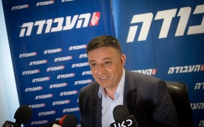 Avi Gabbay en conférence de presse, le 11 juillet 2017. (Crédit : Miriam Alster/Flash90)