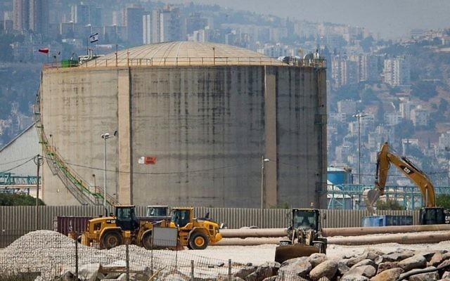Une photo du réservoir d'ammoniac à Haifa, le 30 juin 2017 (Crédi : Flash90)