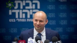 Le leader du parti BaBayit HaYehudi Naftali Bennett lors d'une réunion de faction à la Knesset, le 24 juillet 2017 (Crédit : Miriam Alster / Flash90)