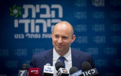 Naftali Bennett, président du parti HaBayit HaYehudi, pendant la réunion de son groupe parlementaire à la Knesset, le 24 juillet 2017. (Crédit : Miriam Alster/Flash90)