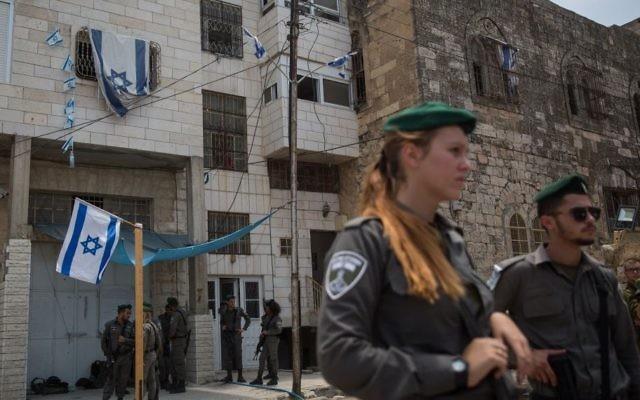 Des soldats israéliens montent la garde devant la maison Machpela  de Hébron, en Cisjordanie, le 26 juillet 2017. (Crédit : Hadas Parush/Flash90)