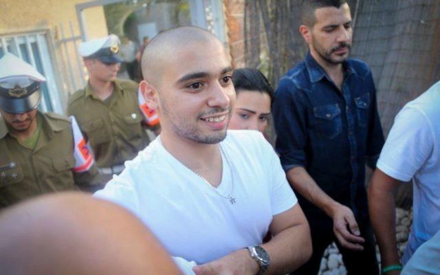 Elor Azaria, condamné pour homicide involontaire pour avoir abattu un attaquant palestinien neutralisé en mars 2016, devant le tribunal militaire de la Kirya à Tel Aviv, le 30 juillet 2017. (Crédit : Flash90)