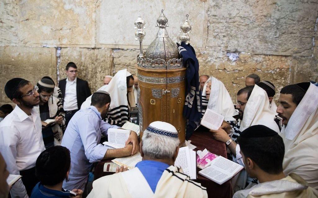 Des Juifs prient pendant la fête de Tisha BeAv au mur Occidental dans la Vieille Ville de Jérusalem, le 1er août 2017 (Crédit : Yonatan Sindel / Flash90)