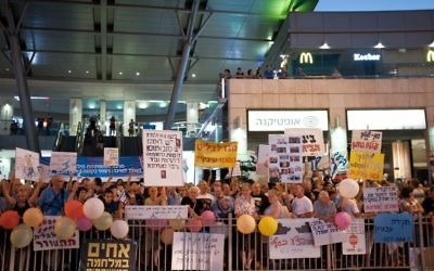Des manifestants protestent à proximité de l'habitation du procureur général Avichai Mandelblit à Petah Tikva le 5 août 2017 (Crédit :  Tomer Neuberg/Flash90)
