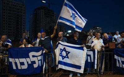 Manifestation de soutien au Premier ministre Benjamin Netanyahu près du domicile du procureur général Avichai Mandelblit à Petah Tikva, le 5 août 2017. (Crédit : Tomer Neuberg/Flash90)