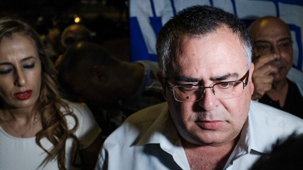 David Bitan, député du Likud et président de la coalition, pendant une manifestation de soutien au Premier ministre Benjamin Netanyahu près du domicile du procureur général Avichai Mandelblit à Petah Tikva, le 5 août 2017. (Crédit : Tomer Neuberg/Flash90)