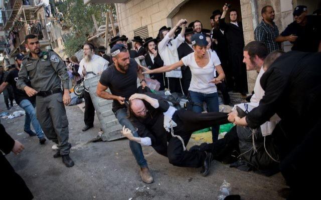 Les agents de la police israélienne s'opposent aux Juifs ultra-orthodoxes durant une opération dans un bureau d'opposants au service militaire obligatoire dans le quartier  Mea Shearim, le 8 août  2017  . (Crédit : Yonatan Sindel/Flash90)
