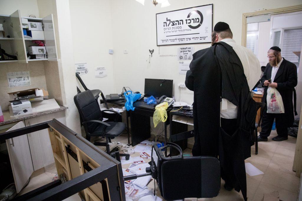 Un homme ultra-orthodoxe dans un bureau d'opposants au service militaire obligatoire dans le quartier de Mea Shearim après un raid de la police, le 8 août 2017 (Crédit : Yonatan Sindel/Flash90)