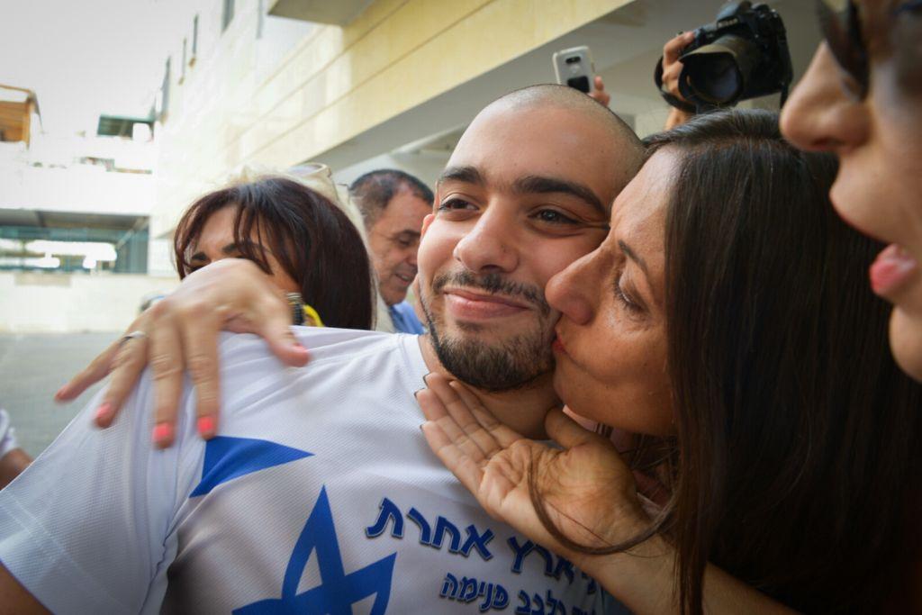 L'ancien soldat Elor Azaria avec sa mère à son départ pour la prison militaire de Tsrifin, à Rishon Lezion, le 9 août 2017. (Crédit : Avi Dishi/Flash90)