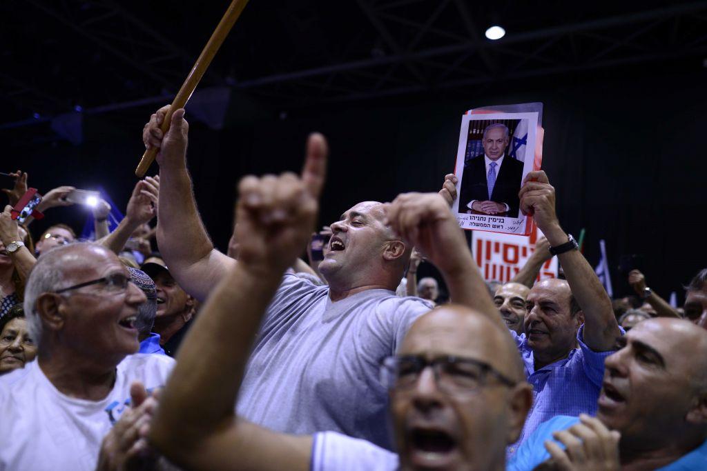 Les partisans du parti Likud lors d'un rassemblement pour soutenir Premier ministre Benjamin Netanyahu, alors que lui et sa femme sont confrontés à des enquêtes judiciaires, à Tel-Aviv, le 9 août 2017 (Crédit : Tomer Neuberg / Flash90)